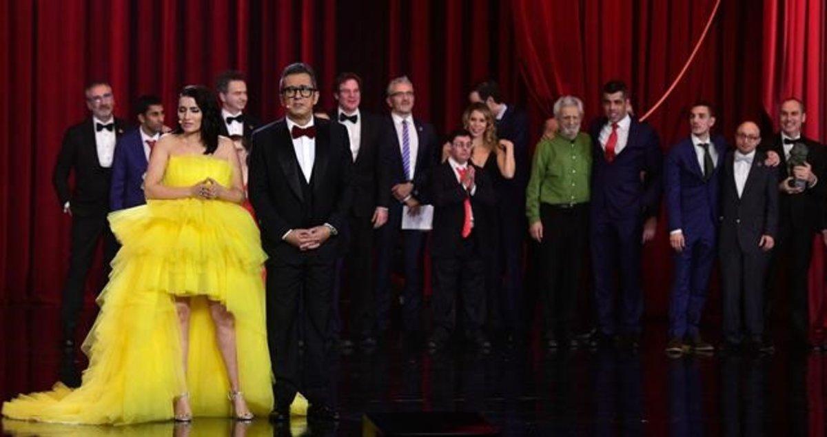 Gala de los Premios Goya 2019. Silvia Abril y Andreu Buenafuente con el equipo de la película 'Campeones'