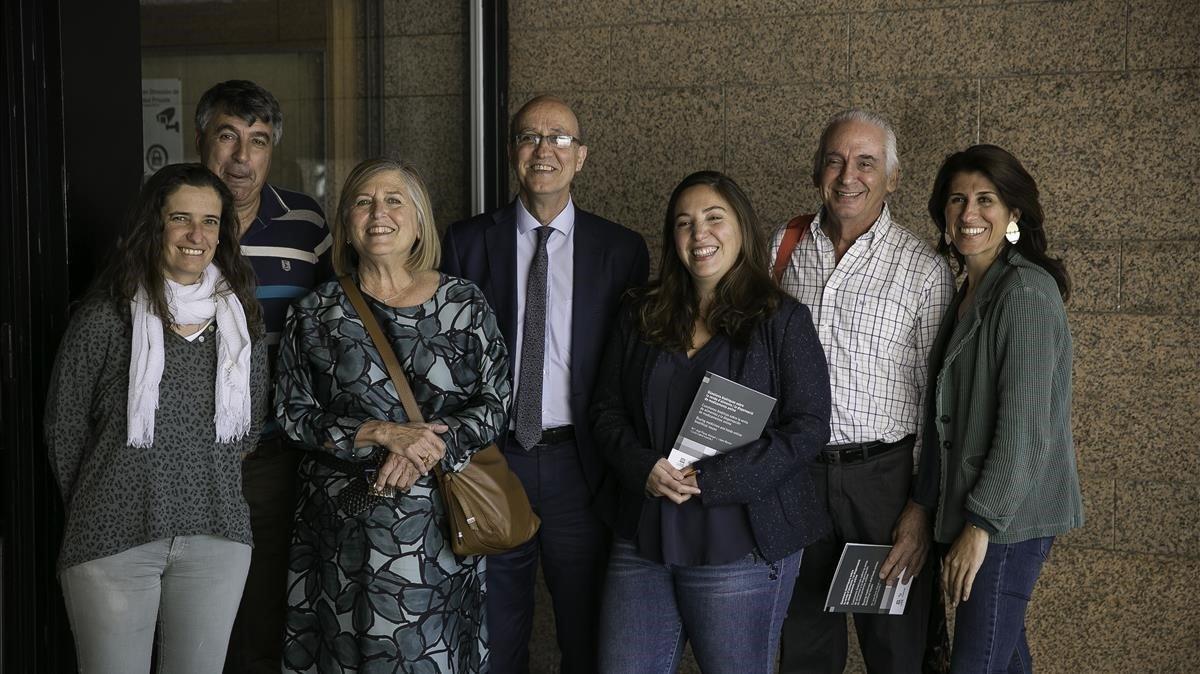 Miembros del Observatori de Bioética y Derecho de la UB. Entre ellos, Manuel López Baroni (segundo por la izquierda),María José Plana (tercera por la derecha), Lluís Cabré (segundo por la derecha) e Itziar de Lecuona (primera por la derecha).