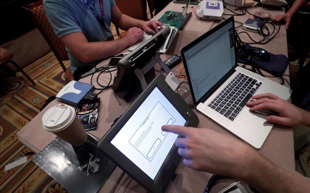 Unos 'hackers' intentan acceder a los datos de una máquina de votación durante una convención en Las Vegas.
