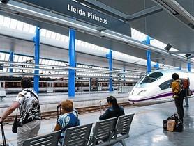 Unos pasajeros esperan la llegada del AVE en la estación de Lleida.