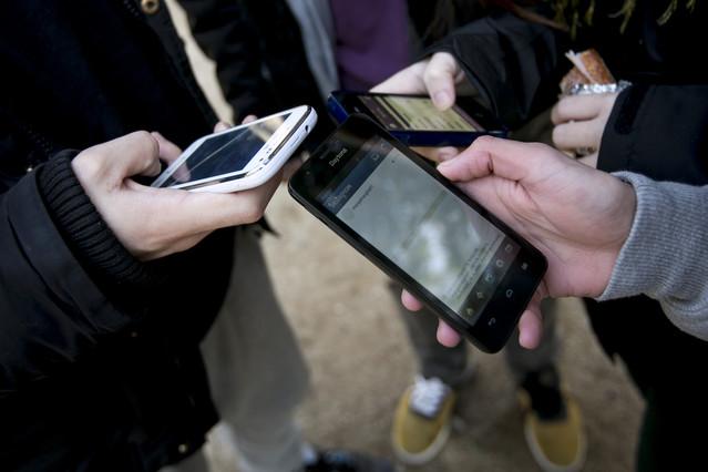 Foto de archivo de unos usuarios utilizando los teléfonos móviles.