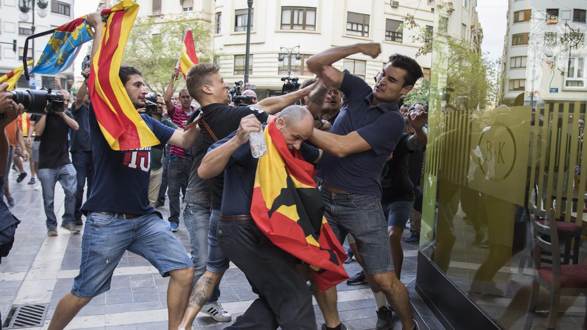 Militantes de extrema derecha agreden a manifestantes del 9 d'Octubre en València