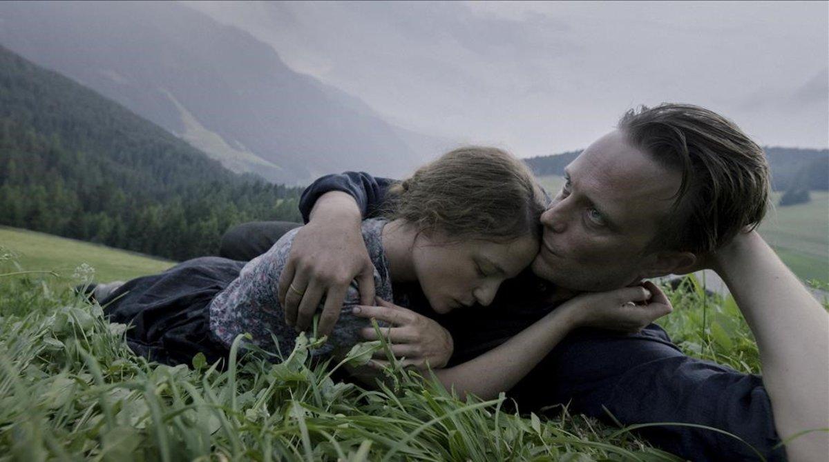 Valerie Pachner y August Diehl, en un fotograma de 'A hidden life', de Terrence Malick