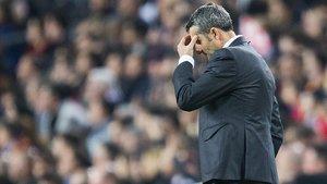 Valverde, preocupado durante el clásico Barça-Madrid en el Camp Nou.