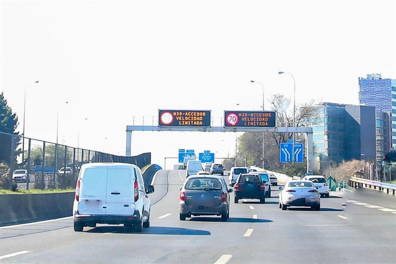 Vehículos circulando por la M-30 en Madrid.