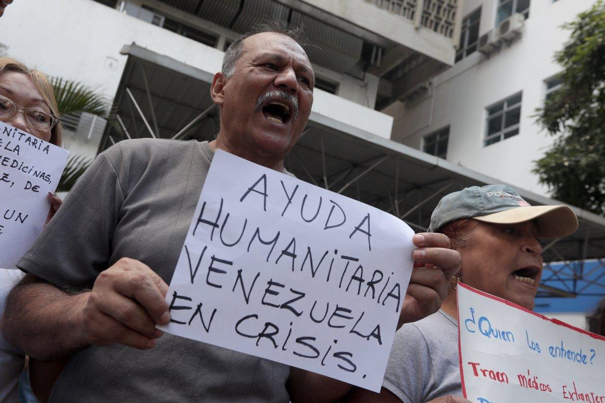 Ciudadanos venezolanos protestas y piden ayuda humanitaria.