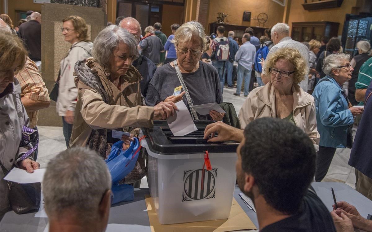 Votantes del 1-O, en un colegio electoral de Barcelona.