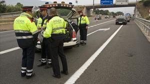 Una patrulla de Mossos d'Esquadra de Trànsit en un control de carretera.