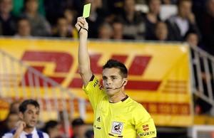 Del Cerro Grandes muestra la tarjeta amarilla en un Valencia-Espanyol.