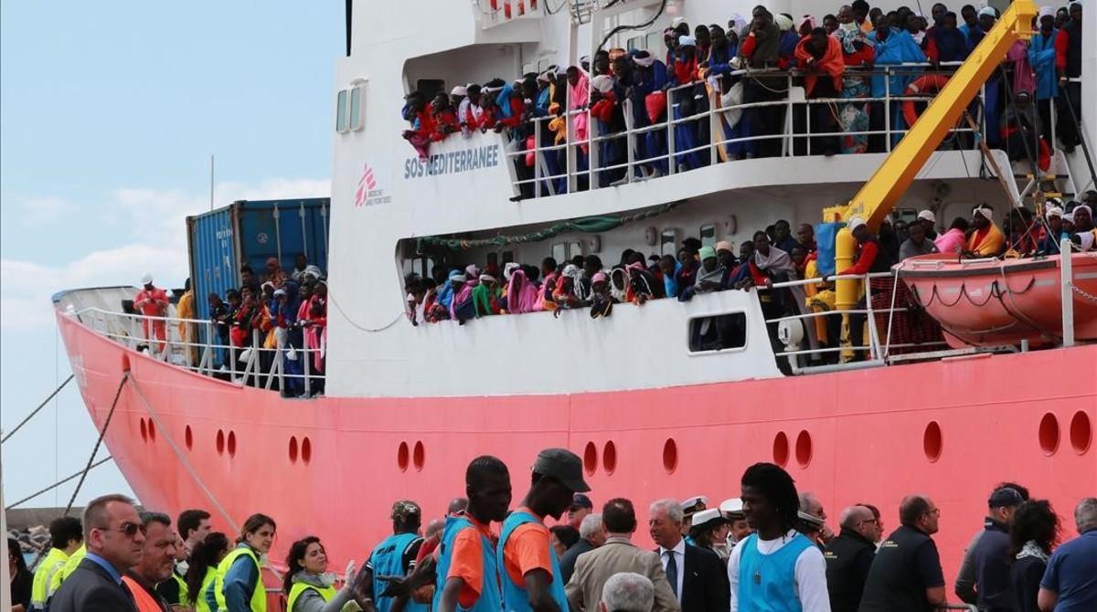 El barco de rescate de Médicos Sin Fronteras llega con 1004 inmigrantes a bordo al puerto de Salerno.