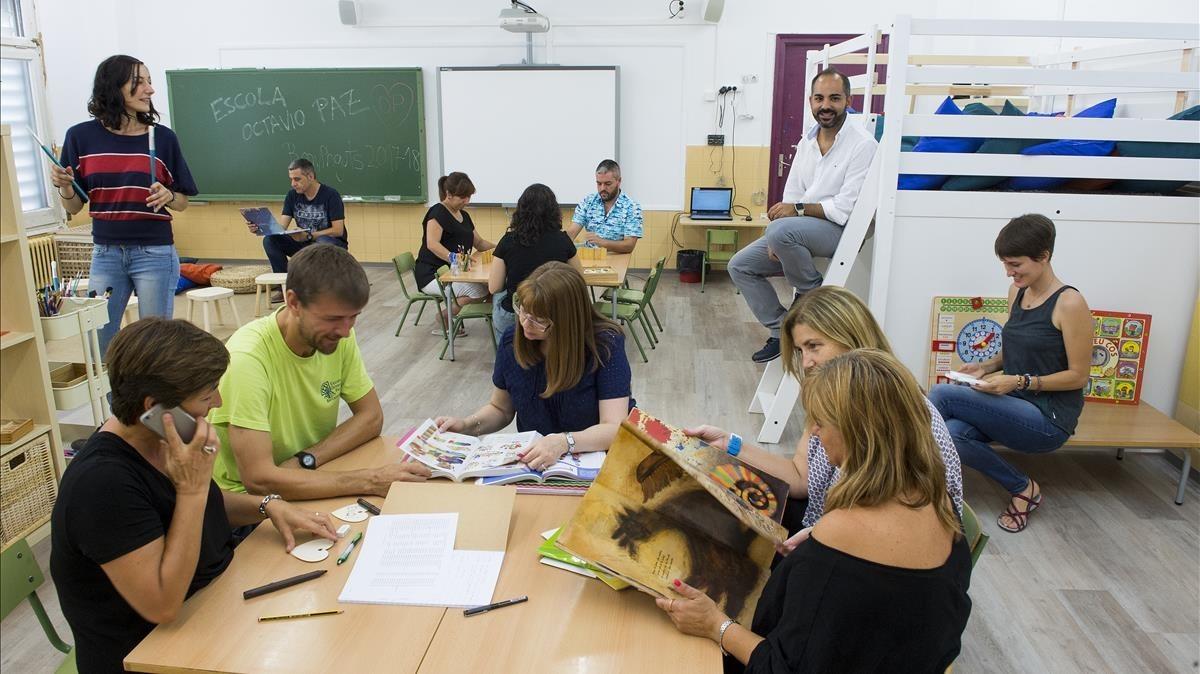 Profesores del colegio Octavio Paz de Barcelona, en una de las aulas del centro remodeladas este verano.