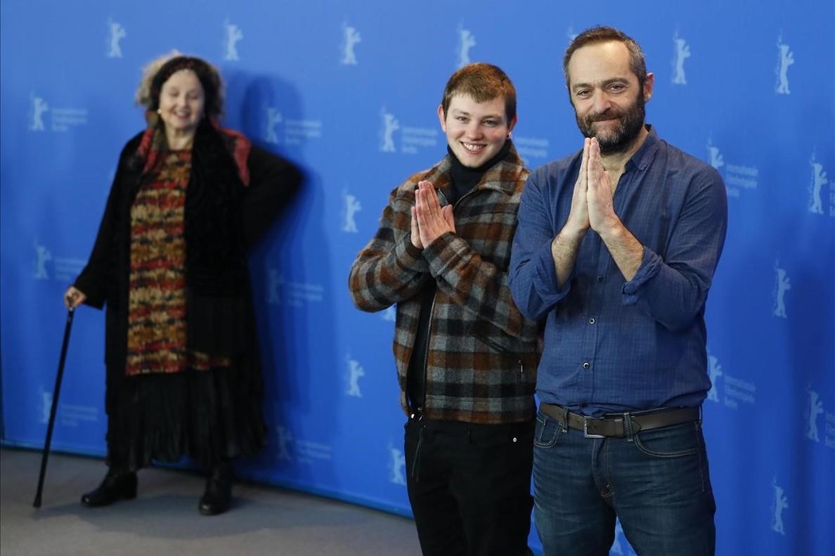 El director Cedric Kahn (a la derecha) conHanna Schygulla (al fondo de la imagen) yAnthony Bajon, durante la presentación de La prière en la Berlinale.