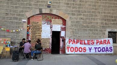 Colau legitima el encierro de inmigrantes en la Escuela Massana