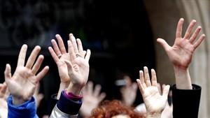 Manos alzadas en señal de protesta en la manifestación de Bilbao.