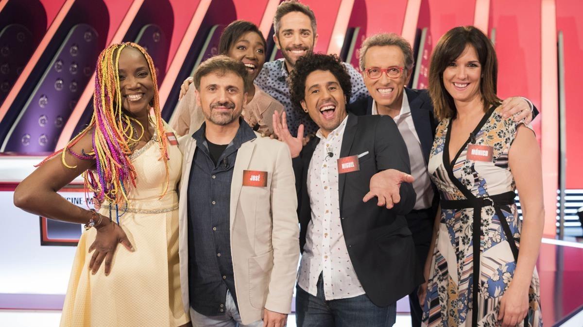 Jordi Hurtado con los concursantes del programa 5.000 de 'Saber y ganar'.
