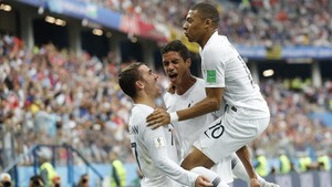 Griezmann, Varane y Mbappé celebran el 1-0 a Uruguay.