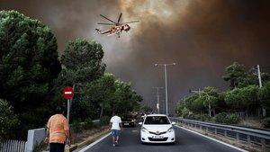Tareas de extinción de un incendio forestal en Grecia cerca de Atenas, el pasado verano.