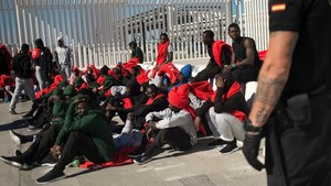 Inmigrantes recién rescatados del mar esperan en el puerto de Algeciras.