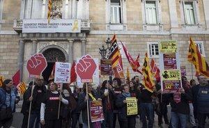 Funcionarios de la Generalitat se manifiestan en la plaza Sant Jaume de Barcelona exigiendo las pagas extras retiradas.