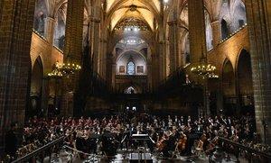 La orquesta y coros del Liceu en la catedral de Barcelona.