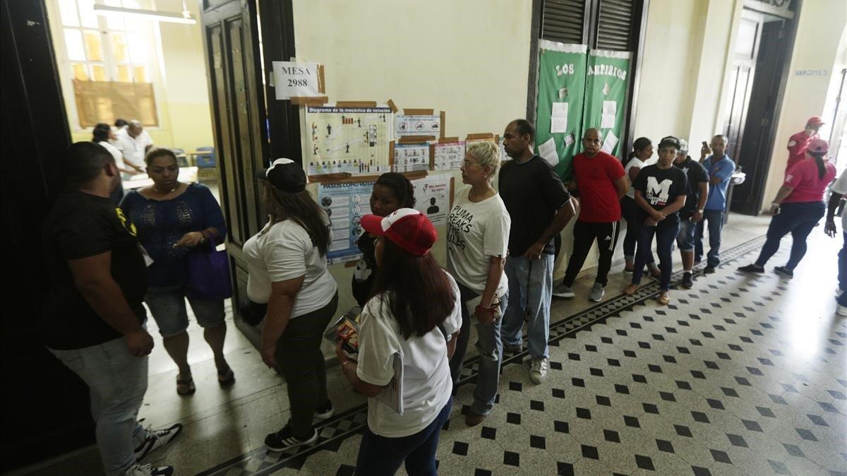 Gente esperando para votar en las elecciones generales en Ciudad de Panamá.