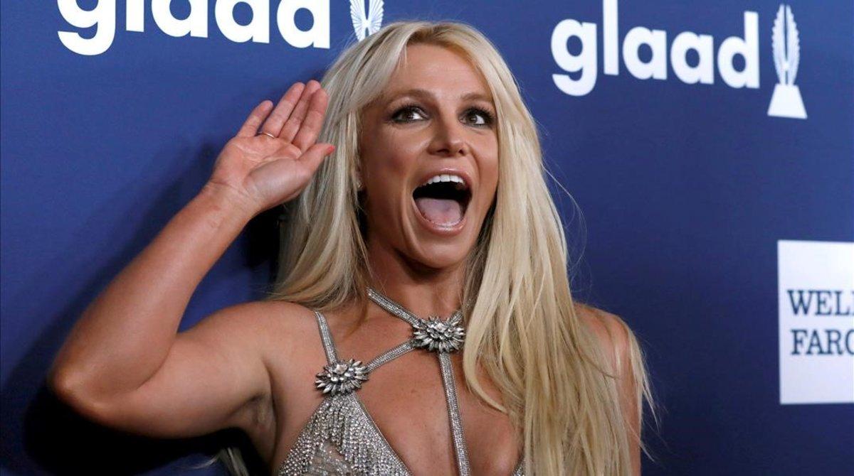 Britney Spears saluda en una gala celebrada en California en abril del 2018.