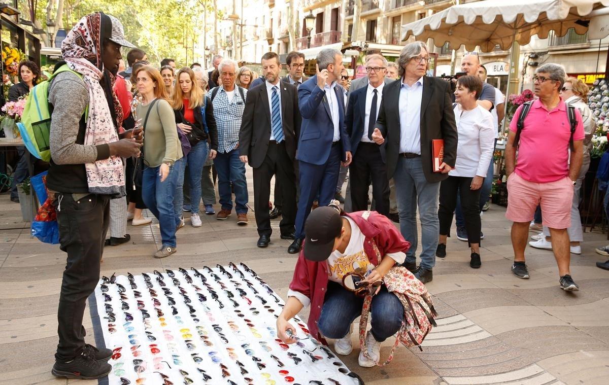 El candidato Jaume Collboni pasea por la Rambla en compañía del ministro de Cultura, José Guirao.