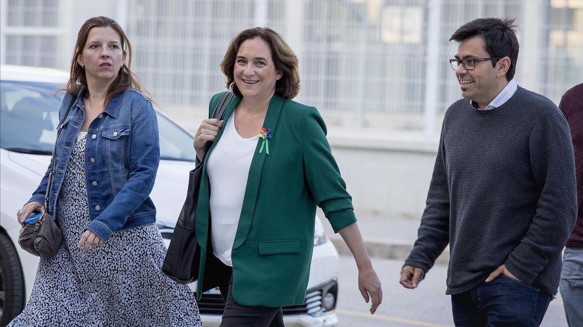 Ada Colau llega acompañada de Gerardo Pisarello y Laia Ortiz, a la Fàbrica Fabra i Coats, para seguir la noche electoral.