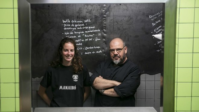 A fondo de la ventanita del restaurante Manairó, Marta Marín y Jordi Herrera.