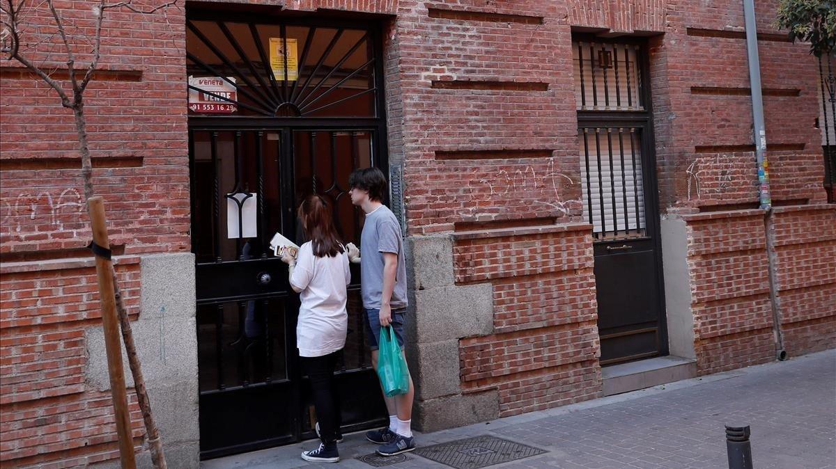 Fachada de la vivienda ubicada en el número 11 de la calle Tenerife, en el distrito de Tetuán de Madrid, donde fue encontrado el cadáver de una mujer con signos de violencia y lesiones de arma blanca.