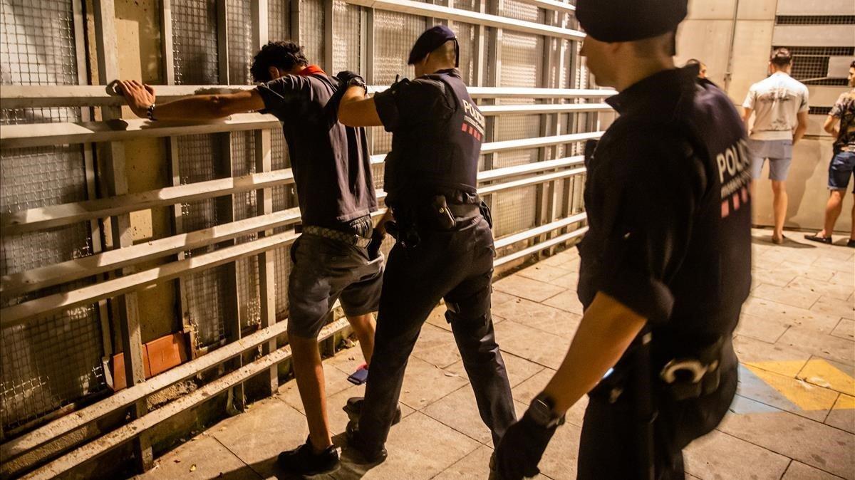Patrulla nocturna contra la delinqüència a Barcelona