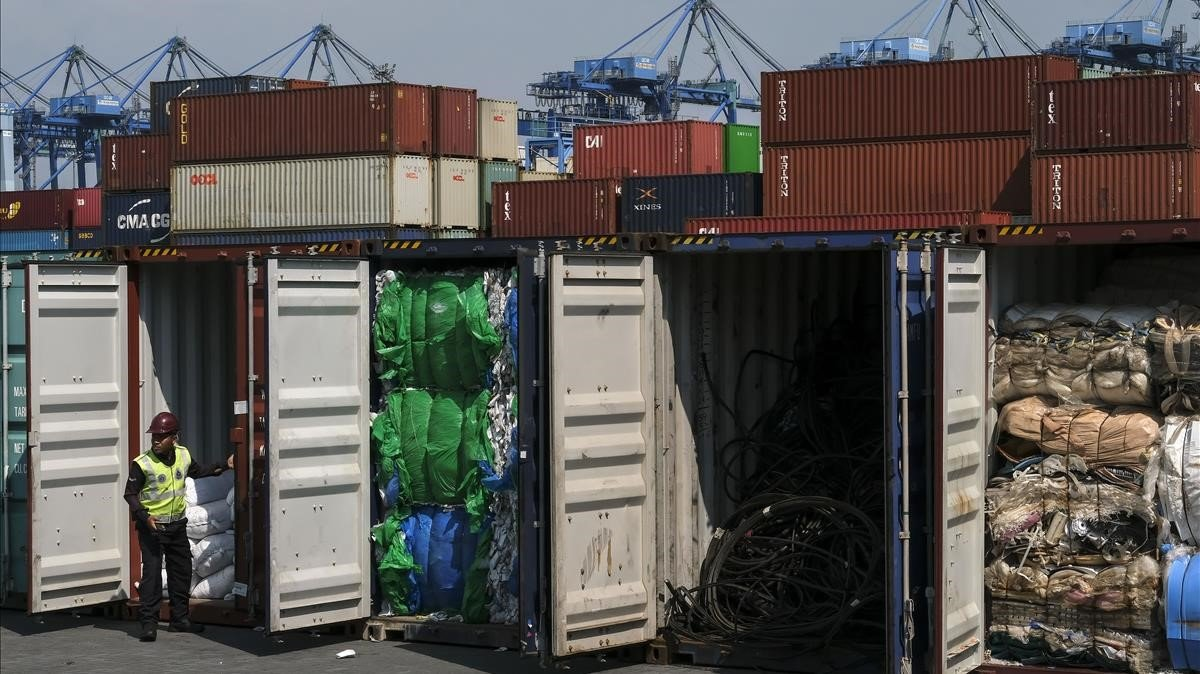 Contenedores llenos de residuos plásticos procedentes de países occidentales en el puerto deKlang, en Malasia, el pasado mayo.