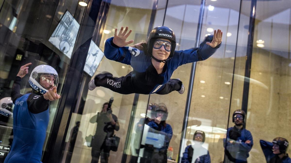 Una flyer primeriza aprende a volar en el túnel de viento de Windoorde Cornellà.