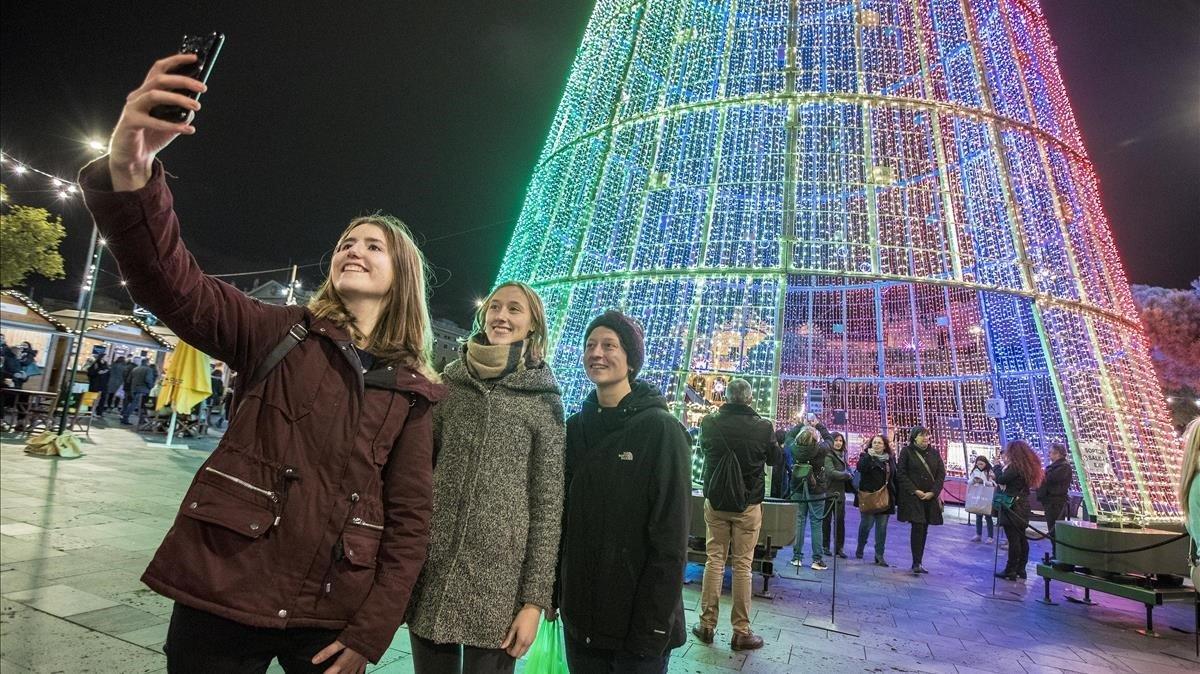 Turistas en la feria navideña del Port Vell.
