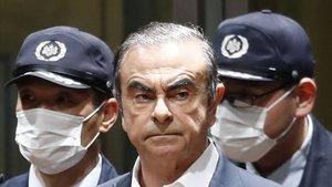 Carlos Ghosn, el pasado abril, tras declarar en un centro de detención de Tokio.