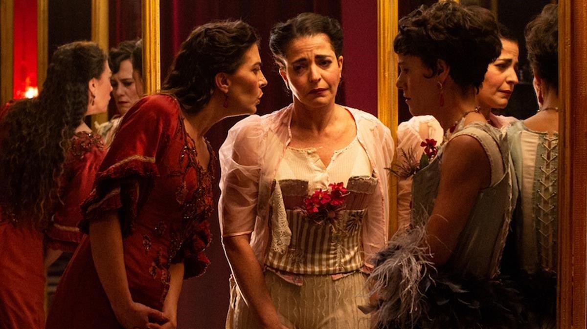 Nora Navas, centro, en 'La vampira de Barcelona'.