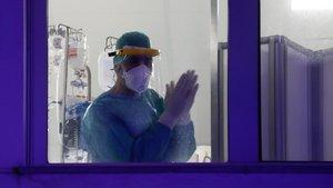 Médicos y enfermeros en las ventanas del hospital Infanta Elena de Valdemoro (Madrid) durante el homenaje diario a los servicios sanitarios.