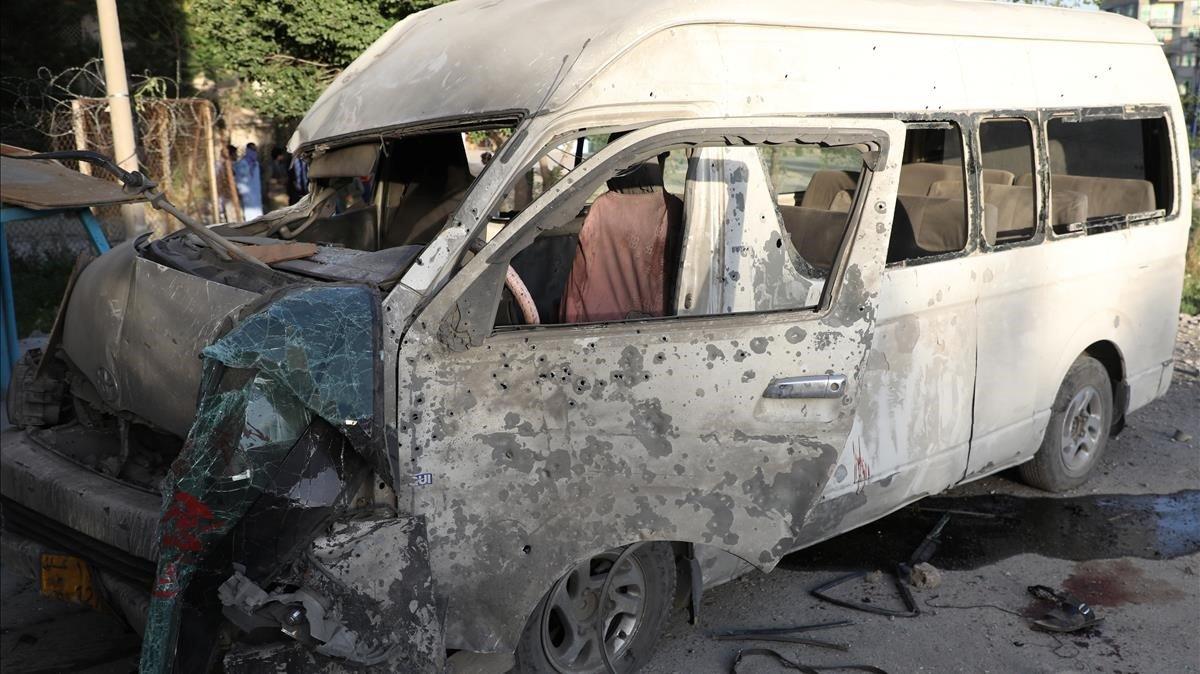 La furgoneta de la televisión afgana que sufrió un atentado en el que murieron dos personaseste sábado en Kabul.