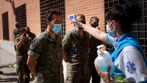Un grupo de sanitarios trabaja en una campaña de cribaje para detectar casos de covid-19.
