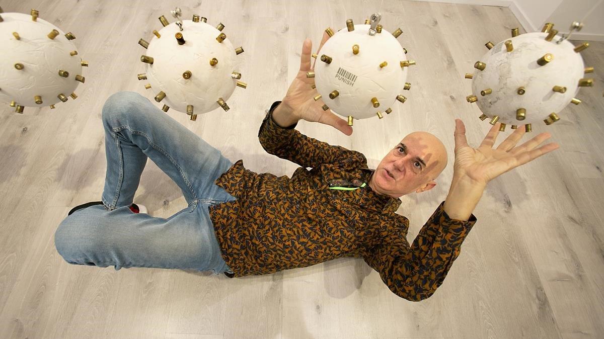 El artista Lluís Barba, con su instalación de coronavirus en la galería Contrast.