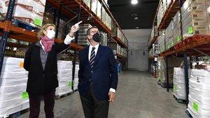 La presidenta de la Federació Catalana del Banc dels Aliments, Roser Brutau, y el director general de la Fundació la Caixa, Antoni Vila, visitan el Banc dels Aliments de Barcelona.