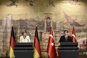 La cancillera alemana, Angela Merkel, y el primer ministro turco,Ahmet Davutoglu, en una rueda de prensa en Estambul.