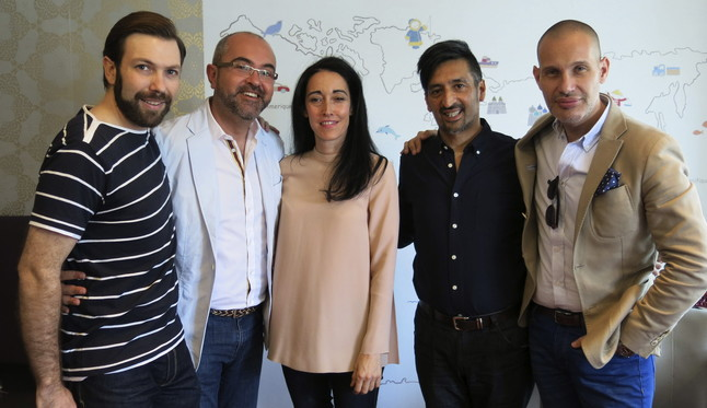 Los diseñadores Del Vas, Perlotti y Urquizar, junto al consejero Vicente Roig, y el director de la pasarela, Miguel Martí, durante la presentación.