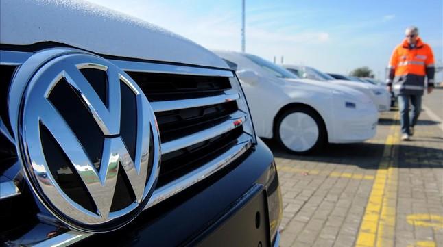 Vehículos de Volkswagen listos para embarcar en el puerto alemán de Bremerhaven.