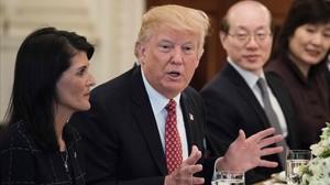 Trump (centro), junto a la embajadora de EEUU en la ONU, Nikki Haley, y su homólogo chino, Liu Jieyi, en una comida de trabajo, en la Casa Blanca, el 24 de abril.