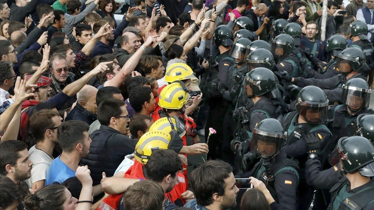 Enfrentamientos ante el pabellón municipal de Sant Julià de Ramis.