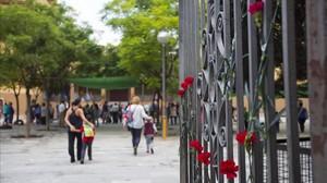 zentauroepp40384431 barcelona 02 10 2017 claveles en la entrada de la escuela ra171013221317