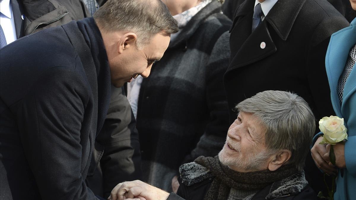 Duda, a la izquierda, da la mano a la expresidenta del Parlamento israelí, Shevah Weiss, durante la ceremonia de este jueves en la Universidad de Varsovia.