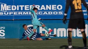 Peña, del Lorca, rebaña el balón a Collado.