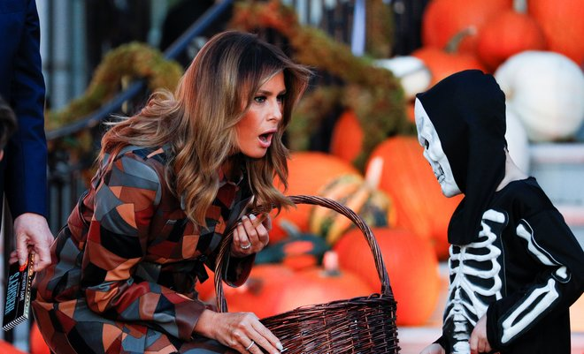 Donald Trump y Melania reparten caramelos a los niños en la Casa Blanca